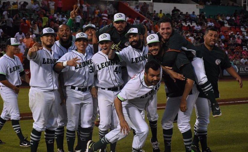 Leones de Yucatán se llevó los dos juego que se disputaron este domingo en el parque Kukulcán, ante Bravos de León. (Foto: Daniel Sandoval/SIPSE)
