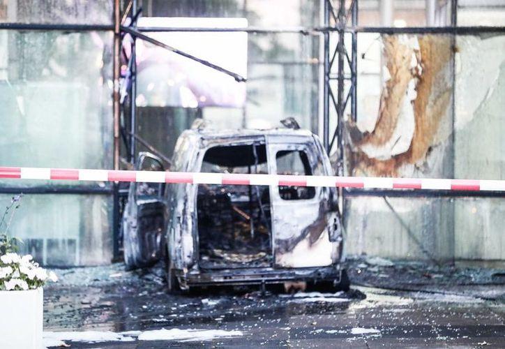 La camioneta se impactó contra el edificio y posteriormente se incendió. (vanguardia.com