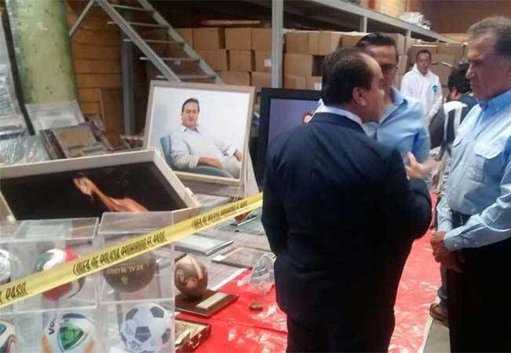 Imagen del gobernador de Veracruz, Miguel Ángel Yunes Linares, en el lugar donde se encontró el botín de Javier Duarte. (Roxana Aguirre/Excelsior)