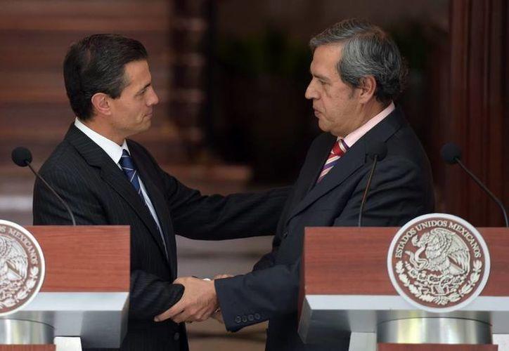 El presidente Enrique Peña Nieto saluda al gobernador interino de Guerrero, Rogelio Ortega, durante su reunión de este lunes en Los Pinos. (Foto:Presidencia de la República)