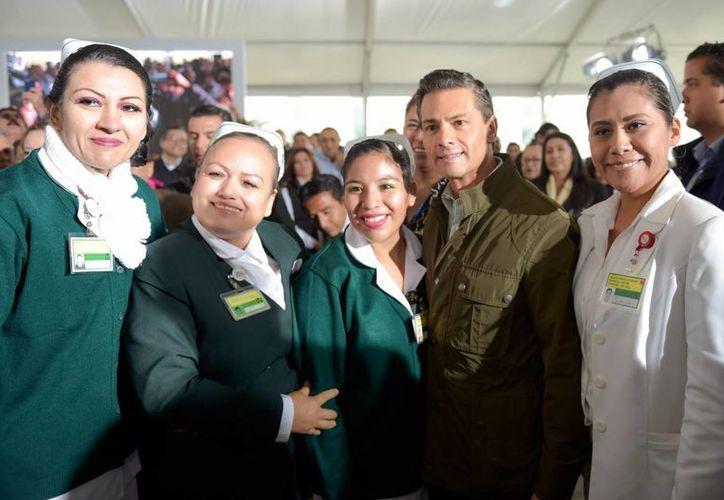 Imagen del presidente Enrique Peña Nieto acompañado de un grupo de enfermeras durante su visita en Reynosa, Tamaullipas. (presidencia.gob.mx)