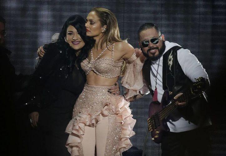 Jennifer López se llevó la máxima ovación en los Premios Billboard al interpretar un emotivo homenaje a Selena con Los Dinos. (AP)