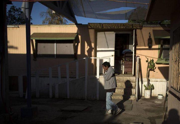Un hombre camina por el patio de Las Memorias. (Agencias)