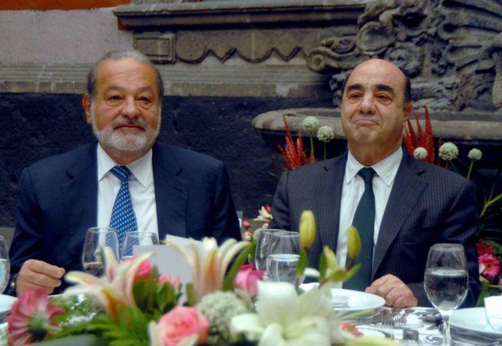 El empresario Carlos Slim y el procurador General de la República, Jesús Murillo Karam. (Archivo NOTIMEX)