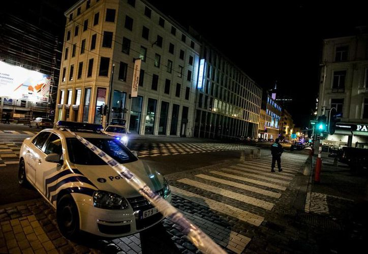 """Las inmediaciones del diario """"Le Soir"""", en Bruselas, fueron inmediatamente acordonadas por la policía luego de que recibiera una amenaza de bomba. (EFE)"""