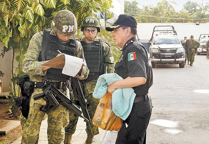 Militares vigilan la entrada a la aduana del puerto de Lázaro Cárdenas. (Foto: Quadratín/Milenio)