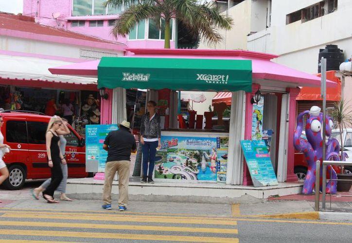 Turistas nacionales y extranjeros hacen uso de los módulos. (Luis Soto/SIPSE)