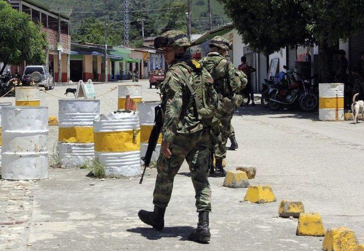 El ejército de Colombia patrullando en la localidad El Tarra (Colombia), desde donde la periodista española Salud Hernández escribió varios tuits en los que informaba acerca de las protestas de la comunidad por la desaparición de dos jóvenes. (EFE)