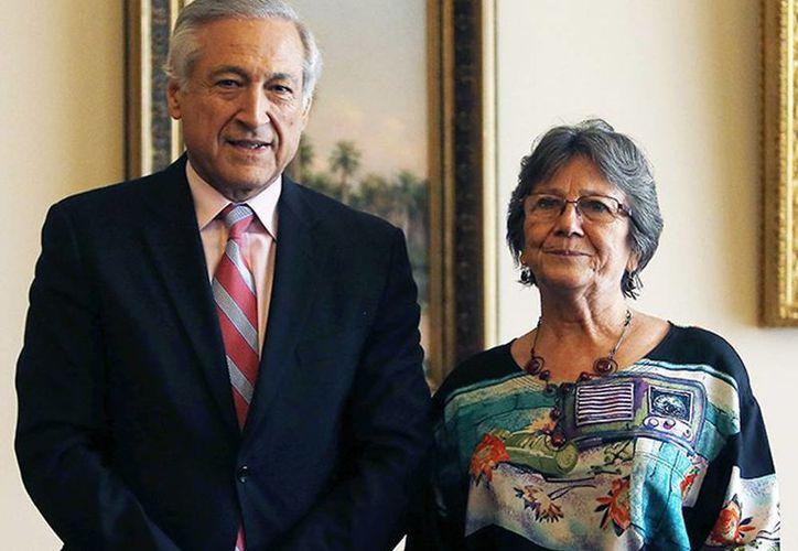 Encuentro en Santiago entre el canciller chileno Heraldo Muñoz acompañado de María Eugenia Ilabaca, madre del estudiante chileno Laurence Maxwell Ilabaca, detenido en México. (EFE)
