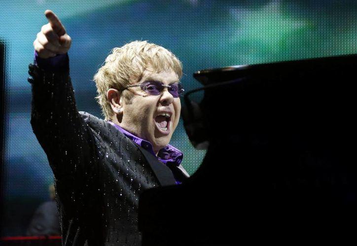 Aunque en las próximas semanas Elton se someterá a la cirugía, lo que es un hecho es que en septiembre sale a la venta su nuevo disco. (Agencias)
