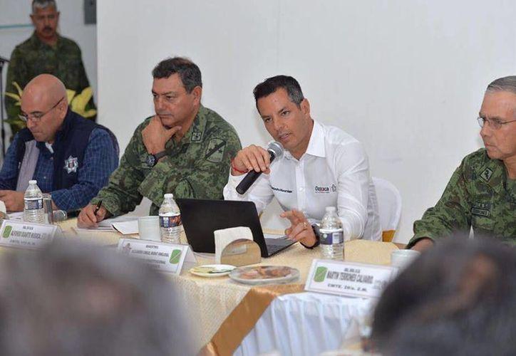 El gobernador de Oaxaca, Alejandro Muray, y el Ejército acordaron trabajar en la construcción de un arco inteligente que permita tener un control de los vehículos y unidades de carga que cruzan la frontera. (facebook.com/AlejandroMuratHinojos)
