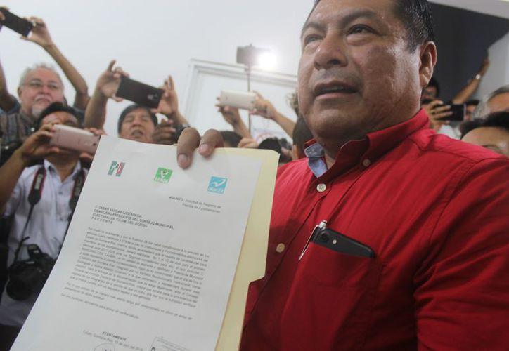 Marciano Dzul presentó su registro para contender por la presidencia municipal de Tulum. (Foto: Sara Cauich/SIPSE)
