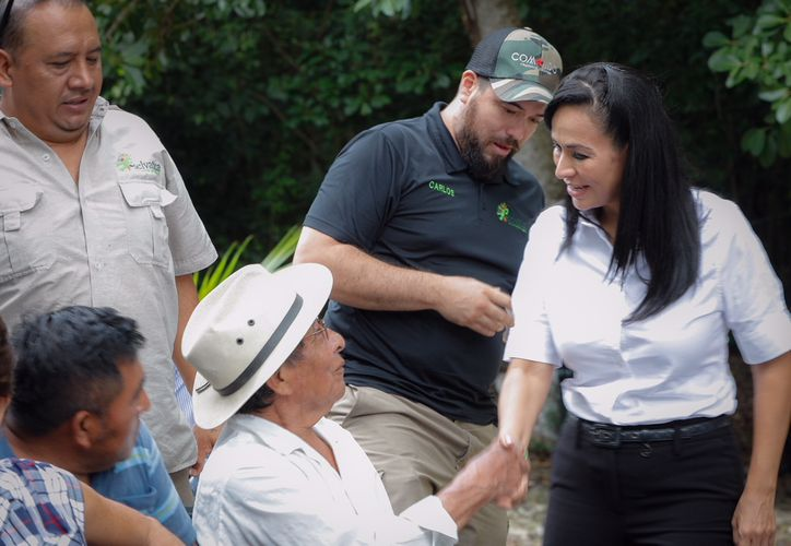 Laura Fernández, candidata a la presidencia municipal de Puerto Morelos, continuó con sus recorridos casa por casa. (SIPSE)