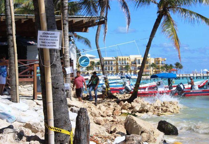 En los arenales del club de playa Blue Parrot se han colocado piedras que resultan peligrosas para los bañistas. (Octavio Martínez/SIPSE)