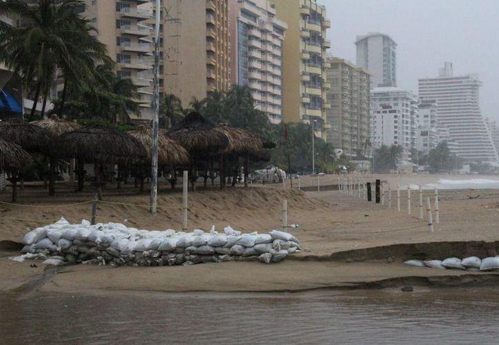 Las lluvias han dejado hasta el momento leves inundaciones en Acapulco. (EFE)