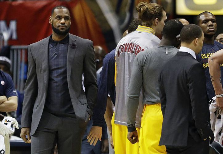 LeBron James se perderá 10 partido o hasta más con los Cavaliers de Cleveland. (AP)