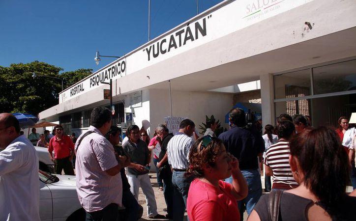 El modelo Hidalgo que se quiere aplicar en el Hospital Psiquiátrico Yucatán ha resultado muy polémico. Imagen de los trabajadores durante una protesta. (Milenio Novedades)