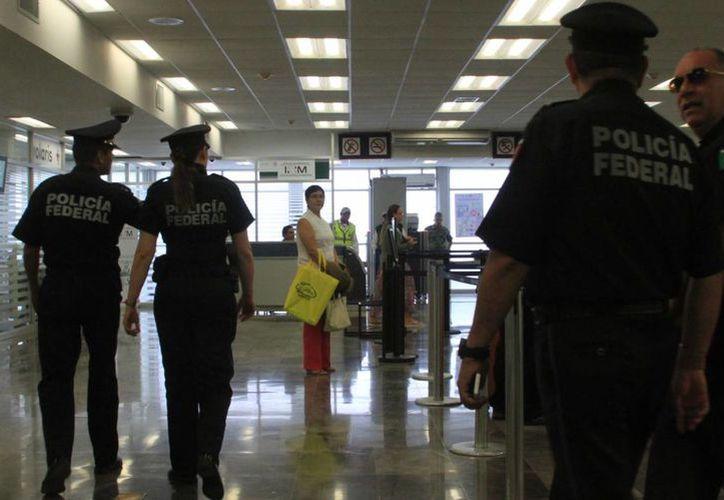 Edith Araceli Navarro, comisaria de la PF, realizó un recorrido por el aeropuerto de Chetumal. (Ángel Castilla/SIPSE)