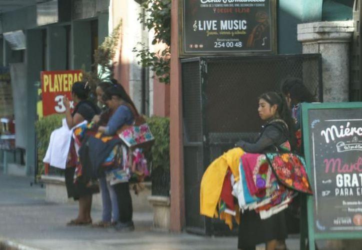 """""""Las chiapanecas"""" principalmente ofrecen ropas y artesanías en las calles. (Foto: Milenio Novedades)"""