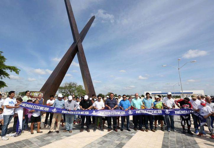 Deportistas y funcionarios cortaron el listón inaugural del parque de Deportes Extremos. La inversión total será de 77 mdp. (Milenio Novedades)