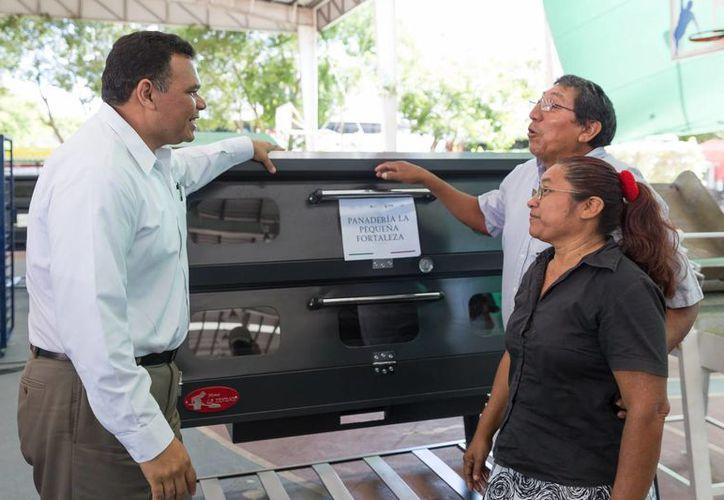 El gobernador Rolando Zapata Bello entrega un apoyo de Bienestar Laboral a una pareja beneficiada. (SIPSE)