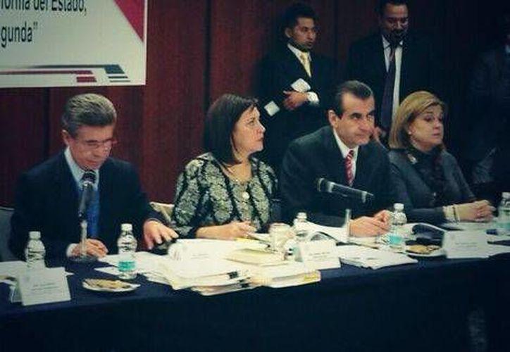 Tras una maratónica jornada las comisiones unidas del Senado reanudarán su sesión este martes en espera de llegar a un acuerdo sobre la Reforma Política. (Foto tomada de Twitter / @Cristina_Diaz_S)