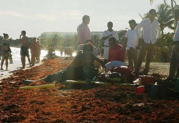 Un turista estadounidense perdió la vida ayer al salir del mar en la Bahía de Akumal. (Rossy López/SIPSE)