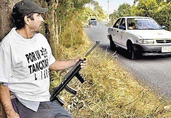Habitante de Tancítaro vigila a la entrada del poblado. (Milenio)
