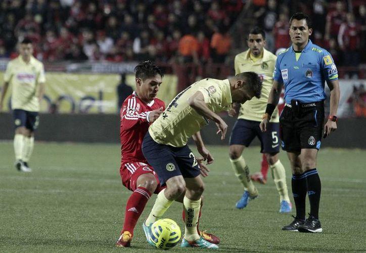 Con un penal Oribe Peralta pudo haber abierto el marcador del partido entre América y Xolos, pero el portero tijuanense Cirilo Saucedo desvió su cobro. (Notimex)