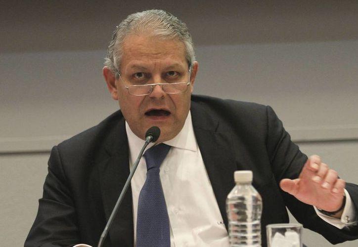 Luis Robles Miaja, titular de la ABM, reconoció que al sector bancario le preocupa la depreciación del peso ante el dólar. (Archivo/Notimex)