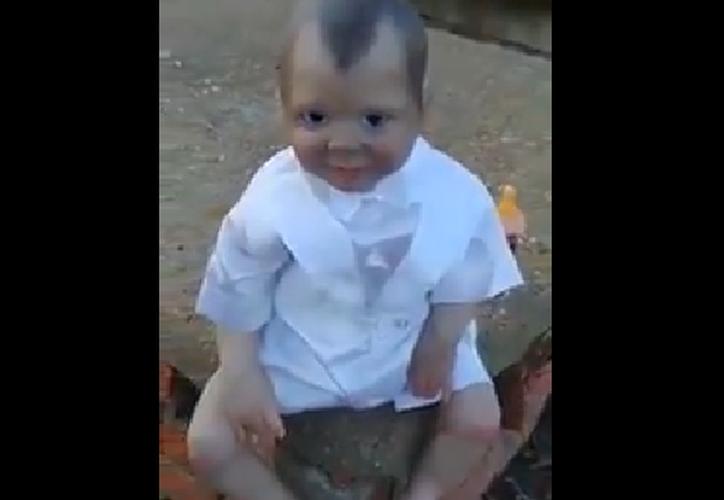 El muñeco se encontraba sentado y sus ojos, al parecer, seguían la cámara. (Foto: Captura/YouTube)