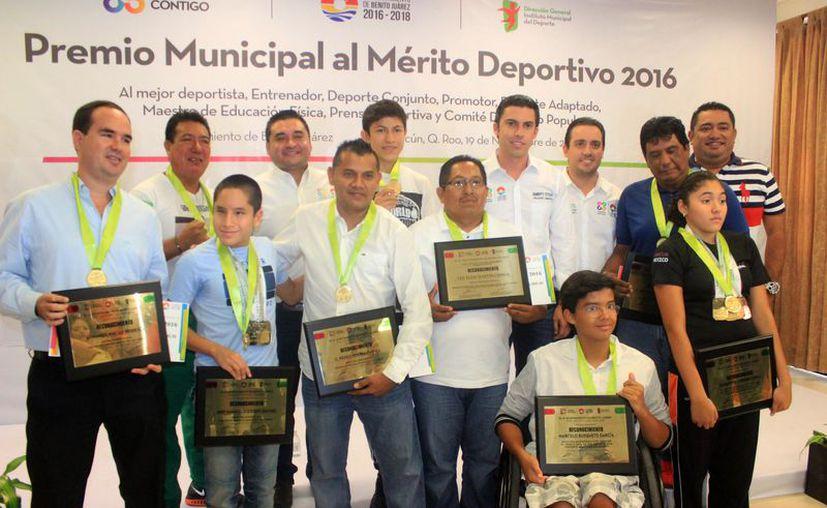 Los atletas que fueron reconocidos en el 2016. (Raúl Caballero/SIPSE)