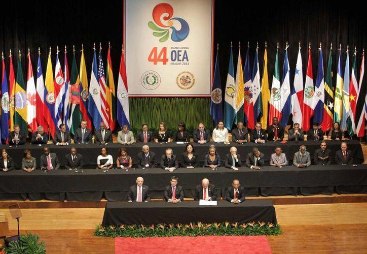 El presidente de Paraguay, Horacio Cartes (c), participa juntos a ministros en la inauguración de la 44 Asamblea General de la OEA en la sede del Banco Central de Asunción, Paraguay. (EFE)
