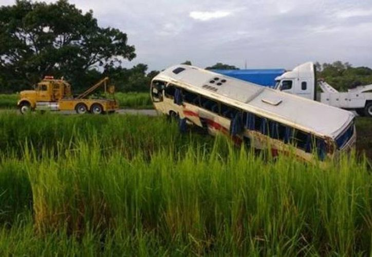 El camión volcó en el camellón de la carretera Coatzacoalcos-Cárdenas. (Mariel Arroyo/Milenio)