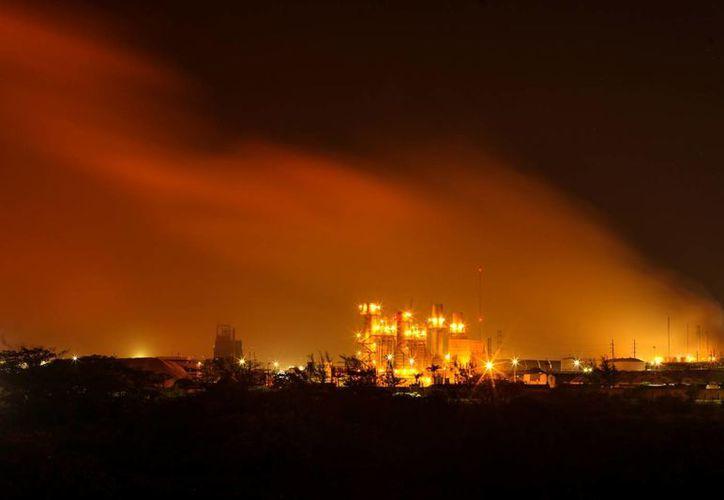 Una columna de humo se eleva sobre la planta petroquímica de Petróleos Mexicanos en Coatzacoalcos. (Agencias)