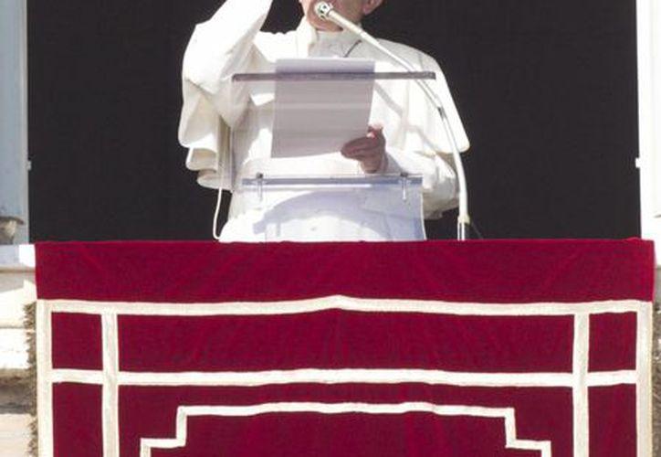 El Papa Francisco emite un mensaje en la Plaza de San Pedro, en el Vaticano, alusivo al perdón, el rencor, la Navidad y el fin de año. (AP)