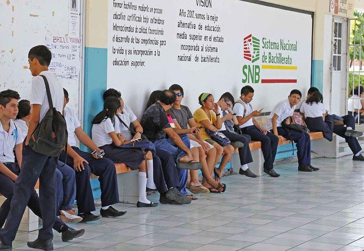 Los jóvenes que no alcancen un lugar en preparatoria, buscarán otras opciones para seguir estudiando. (Jesús Tijerina/SIPSE)