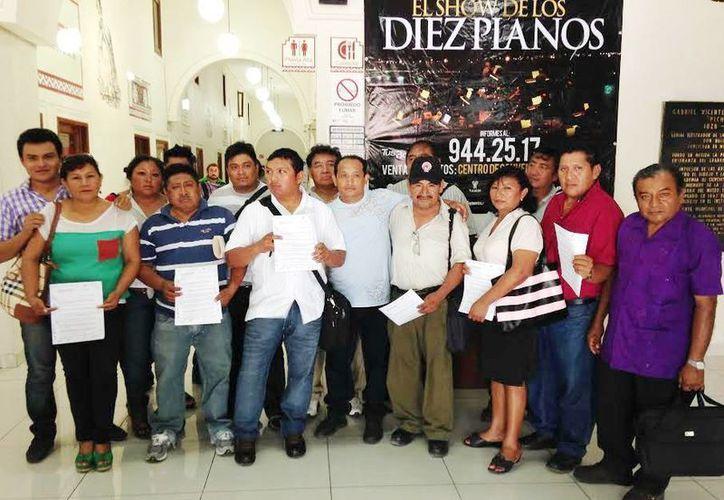 Los comisarios de Mérida acudieron en grupo al Ayuntamiento para presentar su pliego petitorio. (Milenio Novedades)