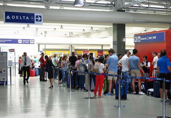 Delta Airlines advirtió que, pese a que el problema ya fue solucionado, los pasajeros tendrán  retrasos y cancelaciones. (Telenews/ANSA via AP)