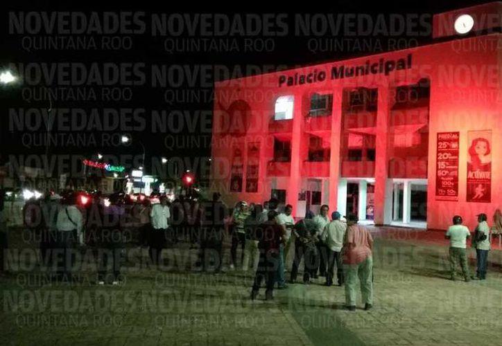 Trabajadores del municipio de Ohtón P. Blanco iniciaron hoy a las cinco de la mañana una huelga. (Ángel Castilla/SIPSE)