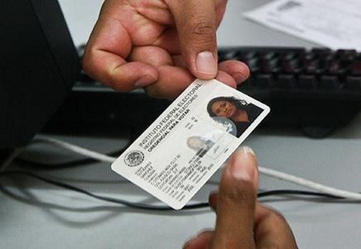 El IFE trabaja para que la credencial de elector sea más segura, más difícil de imitar y más barata en su producción. (Archivo Notimex)