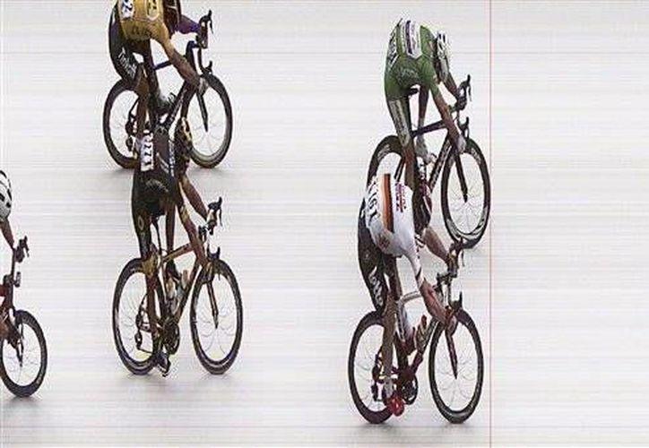 Se requirió del fotofinish para determinar si Mike Cavendish había ganador la tercera etapa del Tour de Francia. (AP)