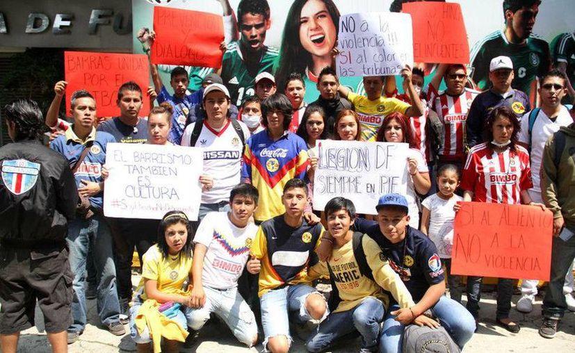Integrantes de las porras de América, Cruz Azul, Pumas y Chivas se manifestaron afuera de las instalaciones de la Federación Mexicana de Futbol. (Milenio)