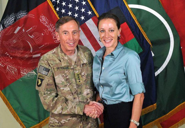 David Petraeus renunció el pasado viernes al reconocer que sostuvo una relación extramarital con Paula Broadwell. (Agencias)