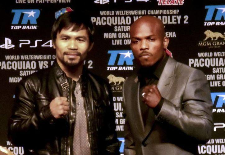 Pacquiao y Bradley posan en la última conferencia previo a su combate en Las Vegas. (Notimex)