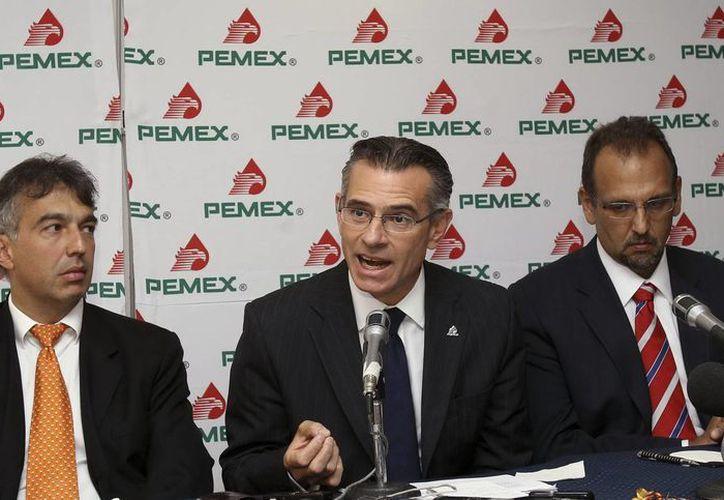 El director general de Petróleos Mexicanos (Pemex), Juan José Suárez Coppel (c), acompañado por los directivos Ignacio Quesada (i) y Carlos Murrieta (d), durante una rueda de prensa en septiembre del año pasado. (EFE)