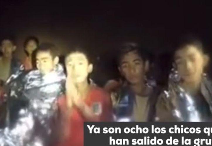 """El primer ministro del país, Prayuth Chan Ocha, resaltó esta mañana que el rescate de los niños restantes y su entrenador de fútbol tendría lugar """"lo antes posible"""". (Captura de pantalla/ El Mundo)"""