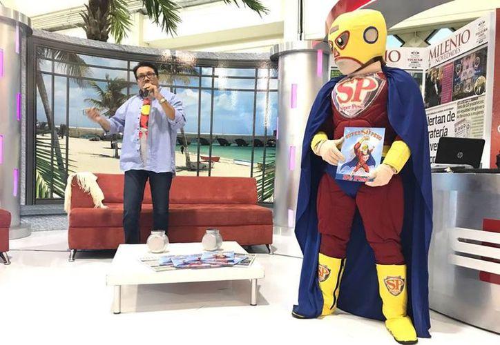 Roberto  Franco estuvo acompañado de su personaje Súper Peso. (Milenio Novedades)