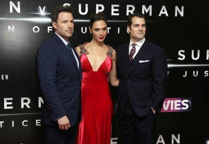 Gal Gadot (c) junto a sus compañeros Henry Cavill y  Ben Affleck, quienes protagonizan 'Batman vs Superman'. (Imágenes de AP)