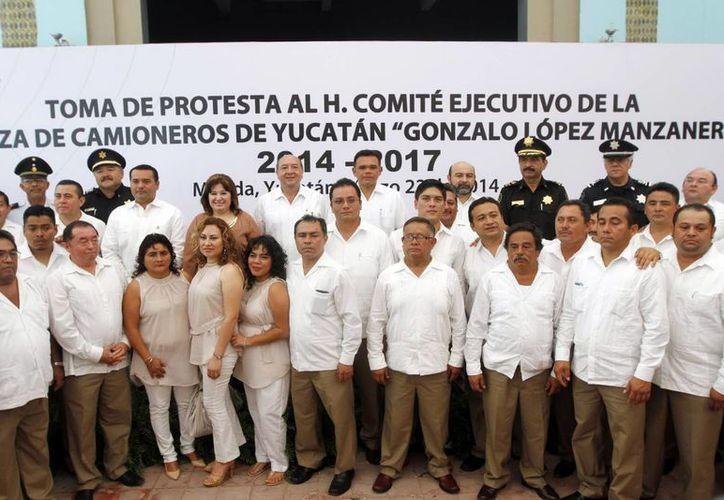 El Gobernador posó con los integrantes de la nueva directiva. (Milenio Novedades)